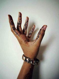 Fingers on sides of Henna . hus henna art by husnaa kajee - Beauty and Health- Henna on sides of fingers. ♥ henna art by husnaa kajee Fingers on sides of Henna . hus henna art by husnaa kajee Henna Finger Tattoo, Henna Tatoos, Henna Ink, Simple Henna Tattoo, Finger Tattoo Designs, Henna Body Art, Henna Tattoo Designs, Henna Mehndi, Simple Hand Henna