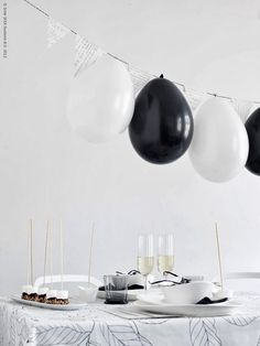 Layer the black and white balloons with V-shaped pennants of old book pages. A decoration That is fixed in a flash! All you need is string, . Black And White Balloons, Black White Parties, Elopement Party, Ikea Wedding, Diy Centerpieces, Party Time, Party Party, Moon Party, Balloon Garland