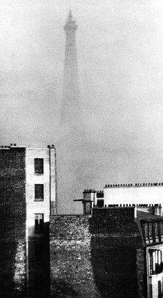 André KERTESZ (1894-1985), Tour Eifel dans la brume