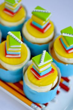 30 Awesome Graduation Party Desserts – Oh My Creative - Schulanfang School Cupcakes, Book Cupcakes, School Cake, Cupcakes For Boys, Dessert Party, Cupcake Party, Cupcake Cakes, Cupcake Ideas, Cup Cakes