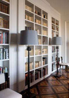 A very sophisticated home library by Parisian architect & designer Pierre Yovanovitch Built In Bookcase, Bookcases, Library Bookshelves, Bookshelf Ideas, Book Shelves, Pierre Yovanovitch, Home Libraries, Interior Decorating, Interior Design