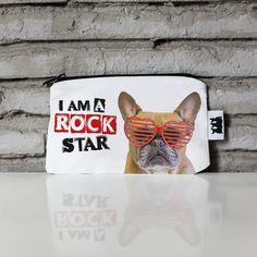 Cartera Dexter Rock No disimules, siempre has sido una estrella del rock. Acompaña tus conciertos y festivales favoritos con nuestra cartera más canalla. ¡Summer time, music time!
