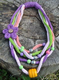 Collana primavera-estate in cotone e perle realizzata a mano con la tecnica del tricotin