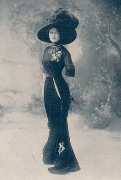 my-little-time-machine:    Black gown, 1900s
