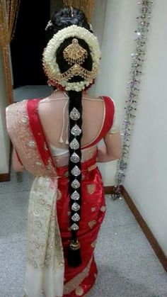 Traditional Southern Indian bride wearing bridal saree, jewellery and hairstyle. #IndianBridalHairstyle