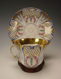 Šálek na kávu * bílý zlacený porcelán s malovanými růžičkami a zlatem * Limoges Francie r.1850.