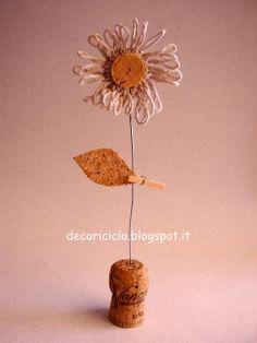 decoriciclo: segnaposto (o cartellino per piante aromatiche) a forma di fiore, con spago all'uncinetto e sughero riciclato