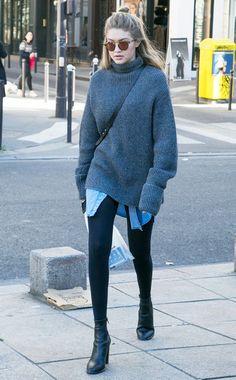 So geht Leggings-Styling richtig: Gigi Hadid kombiniert ihre schwarze Leggings zuOversize-Sweater, Long-Bluse und Boots.