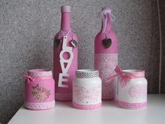 Flessen en potjes met gesso en roze acrylverf