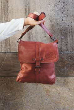 Geschmeidig und weich! Diese Handtasche aus Ziegenleder überzeugt mit Qualität, Optik und Handhabung. Im trendigen Rot ist sie für den Stadtbummel, den Spaziergang oder den City-Trip nicht nur ein stylisches Accessoire, sondern auch Platzhalter für alles, was Du unterwegs brauchst. So kannst Du neben Deiner Wasserflasche, Deinem Lieblingsbuch und dem Stadtplan auch ein iPad mini unterbringen.  Gusti Leder