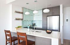 cocina con barra - El top 3 en encimeras de cocina: granito, mármol sintético y madera