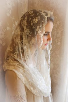 Evintage: CHILD SIZE Our Lady Queen of Peace Fine Chantilly  Lace Infinity Mantilla Chapel Veil Ivory