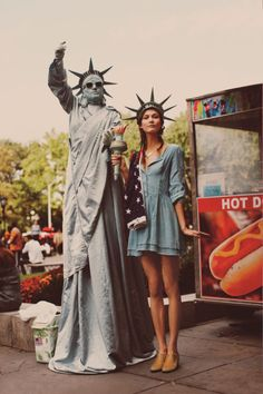 NYC Girl – Karlie Kloss shows off NYC rush hour ready looks for the January catalogue from Free People. In front of Guy Aroch's lens, Karlie hits the urban… Karlie Kloss, Make Carnaval, Guy Aroch, Hallowen Costume, Costume Ideas, Guy Fawkes, Halloween Disfraces, Hipsters, Mode Style