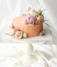 Salmon colored cake with flowers Pretty Cakes, Cute Cakes, Beautiful Cakes, Amazing Cakes, Buttercream Cake Designs, Orange Buttercream, Buttercream Frosting, Peach Cake, Big Cakes