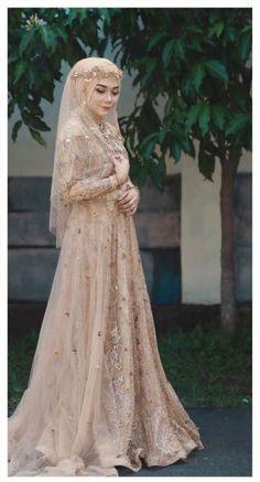 Bridal hijab dresses muslim brides 17 ideas for 2019 Muslimah Wedding Dress, Muslim Wedding Dresses, Muslim Brides, Bridal Dresses, Wedding Gowns, Bridesmaid Dresses, Muslim Couples, Wedding Abaya, Wedding Cakes