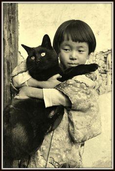 A Girl Holding A Black Cat, Kansuke Yamamoto 山本悍右, mid.1930s. ©Toshio Yamamoto