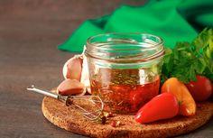 ¿Sabes ese momento en que ya no hay manera de aprovechar la poca salsa que queda en un bote? Cuando no llega ni la cuchara... Pues bien, una manera de aprovechar con ingenio eso que queda de mojo, mostaza o de chile chipotle en conserva es convertirlo en aliño. Incorpora aceite de oliva virgen extra, agita bien y tendrás una base aromatizada para preparar vinagretas o alegrar, por ejemplo, unas verduras al vapor.