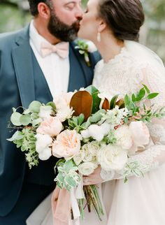 SAVANNAH WEDDINGS - Soft neutral Cha Bella wedding by The Happy Bloom