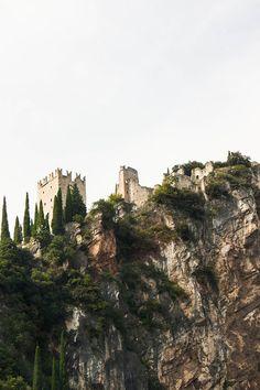 E' arrivato il momento di ripartire. Un ultimo sguardo al castello che domina il centro di Arco; peculiarità della cittadina, dopo l'arrampicata si intende...