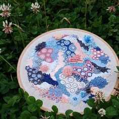Canadian artist Hannah Kwasnycia is inspired by the nature of Australia and New Zealand. Her abstract embroidery captures the beauty of coral reefs. Abstract Embroidery, Hand Embroidery Patterns, Embroidery Art, Cross Stitch Embroidery, Embroidery Designs, Fibre And Fabric, Colorful Fish, Tropical Fish, Fabric Manipulation