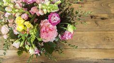 """""""Face à un bouquet, on applique tous le même réflexe : humer le doux parfum des fleurs. Un geste pas si anodin quand on sait - qu'au même titre que les fruits et légumes de l'agriculture conventionnelle - les fleurs sont aspergées de pesticides et autres produits phytosanitaires.""""... http://www.bioalaune.com/fr/actualite-bio/35729/pourquoi-faut-acheter-fleurs-bio"""