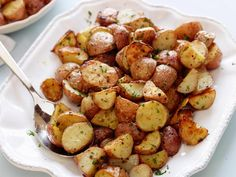 Garlic Roasted Potatoes recipe from Ina Garten via Food Network side dish for dinner last night.I squeezed fresh lemon juice over the potatoes before serving. Garlic Roasted Potatoes, Roasted Potato Recipes, Cheese Potatoes, Fingerling Potatoes, Ina Garten Roasted Potatoes, Parsley Potatoes, Mashed Potatoes, Redskin Potatoes, Potatoes