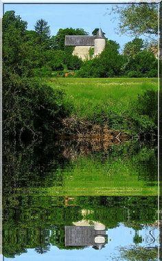 Se mirer est l'activité principale de ce bâtiment à Charost dans le Cher. Ceci n'est point un puissant château fortifié mais une ravissante maison forte dont les origines médiévales se perdent un peu avec ses reconstructions. Fière elle est d'avoir survécu à autant de batailles et de rivalités.