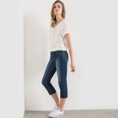 Fabric content and details.Fabric: 66% cotton, 32% polyester, 2% elastane. Size: Inside leg 55 cm - Hem width 36.4 cm. Care advice. Machine washable at 30°C with similar colours. Wash and iron inside out. Cropped denim trousers. Straight cut. Turned-up hems. 2 pockets and 1 coin pocket at the front, and 2 patch pockets at the back. Zip and 1-button fastening. Belt loops.