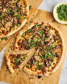Kitchn: Caramelized Mushroom Flatbread Pizza: A fast and fancy dinner for any night of the week. Pizza Recipes, Diet Recipes, Healthy Recipes, Healthy Meals, Cookie Recipes, Healthy Eating, Refrigerated Pizza Dough, Sauce Pizza, Pizza