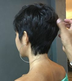 A imagem pode conter: uma ou mais pessoas Short Dark Hair, Short Sassy Hair, Short Hair Cuts, Shot Hair Styles, Curly Hair Styles, Pixie Haircut For Thick Hair, Short Pixie Haircuts, My Hairstyle, Hairstyles