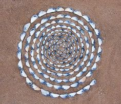 This is really land art. A row of shells in a spiral in the sand, but when i saw it I thought Mosaic instantly. Looks great to me, I'm thinking stepping stones for the yard ; Mandala Art, Beach Crafts, Environmental Art, Beach Art, Stone Art, Beach Themes, Rock Art, Art Projects, Project Ideas