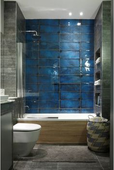 I like the built in shelves that blend into the right wall and the half glass to guard splashing without the need of bulky doors or curtains Rustic Bathroom Designs, Bathroom Interior Design, Tile Tub Surround, Small Bathroom Colors, Appartement Design, Brown Bathroom, Home Remodeling, Upstairs Bathrooms, House Design