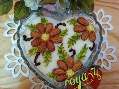 فرنی خوشمزه Jello Desserts, Ice Cream Desserts, Garnishing, Food Garnishes, Chocolate Bowls, Chocolate Desserts, Frozen Yogurt Bar, Iran Food, Party Trays