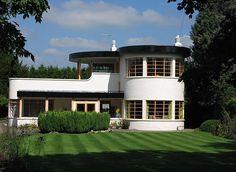 """""""the sun house"""" cambridge Unusual Buildings, Art Deco Buildings, Art Deco Home, Home Art, Stonehenge, Amazing Architecture, Architecture Design, Sun House, Streamline Moderne"""