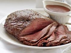 Paahtopaisti ja punaviinikastike - Reseptit Formal Dinner, Eat To Live, People Eating, Pork Recipes, Dairy Free, Steak, Food And Drink, Easy Meals, Yummy Food