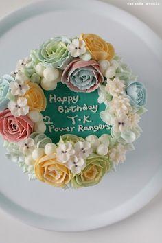 VERANDA STUDIO Butter cream flower cake