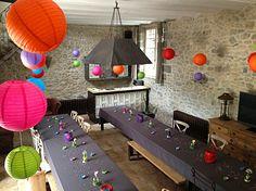 La salle à manger avec son bar et sa cheminée