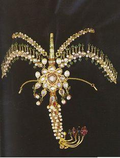 Ottoman crest, 18th century, gold, diamonds, emeralds, rubies, pearls. Part of a bride's jewelry. - Topkapi Palace Museum