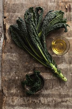 Risultati immagini per kale lacinato food styling Fruit And Veg, Fruits And Veggies, Dark Food Photography, Cooking Ingredients, Mets, Food Design, Raw Food Recipes, Food Pictures, Food Styling