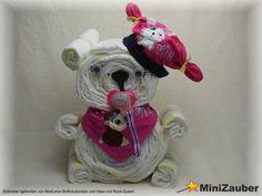 Windelbärchen mit individueller Mütze und Halstuch an dem das Schnullerband direkt fest genäht ist. (Diaper Bear, Diaper Cake, Baby Shower, Babyshower, Windeltorte, Windelfigur, Windeltier, Geburtsgeschenk)
