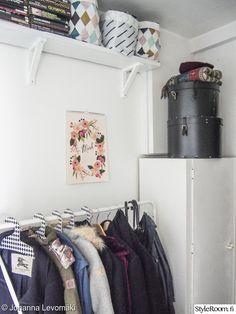 Säilytyskorit ja hatturasiat ratkaisivat eteisen säilytysongelmat.#styleroom #inspiroivakoti #eteinen #sailytys Täällä asuu: JLevomaki