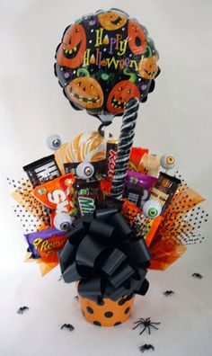 Sweet Candy Bouquets - Holidays Halloween Gift Baskets, Halloween Gifts, Halloween Candy, Dulces Halloween, Candy Craze, Best Gift Baskets, Candy Arrangements, Fall Candy, Chocolate Bouquet