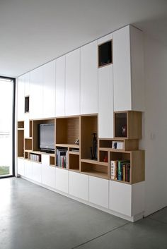 Kastwand - vakjes van boekenkast komen terug in tv-kast Muebles Living, Tv Cabinets, Interiores Design, Built Ins, Bookshelves, Bookshelf Ideas, Modern Bookshelf, Modern Shelving, Home And Living