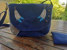 Sac à main, sac bandoulière ou porté épaule, suédine bleu nuit et taupe,  broderie motifs plumes indiennes, sac à rabat,  style bohème par Couleurspivoine sur Etsy
