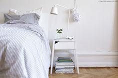 Jednostavno sastavljanje, rješenje problema neurednih žica i moderan dizajn s praktičnom ladicom – to ukratko opisuje SELJE noćni ormarić s bežičnim punjenjem. www.IKEA.hr/SELJE_nocni_ormaric