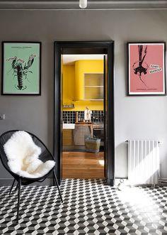 Keltainen talo rannalla: Modernia. vintagea ja väriä