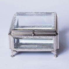 Em vidro espelhado e acabamento em metal alto relevo, a Caixa Glass Silver tem visual marcante que garante um toque de sofisticação para compor com outros adornos os seus ambientes. #CaixaDecorativa #LojaSoulHome