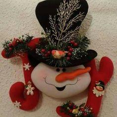 Felt Christmas Decorations, Xmas Wreaths, Felt Christmas Ornaments, Gingerbread Crafts, Snowman Crafts, Christmas Crafts, Christmas Patterns, Christmas Clay, Christmas Snowman