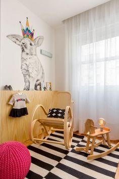 A arquiteta Marcella Bacellar fez para Ana, ainda na barriga, um quarto de 7,8m2 com lambri de pinus, enxoval pb e um coelho estilizado na parede.