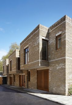 A flexible and contemporary open plan interior is wrapped in a contextually sensitive brick skin. Fine grain details and proportional references interpret the rich architectural language of historic Bloomsbury. The townhouses are adjacent to a numbe. Houses Architecture, Urban Architecture, Residential Architecture, Townhouse Exterior, Modern Townhouse, Mews House, Residential Complex, Brick Facade, Brick Images